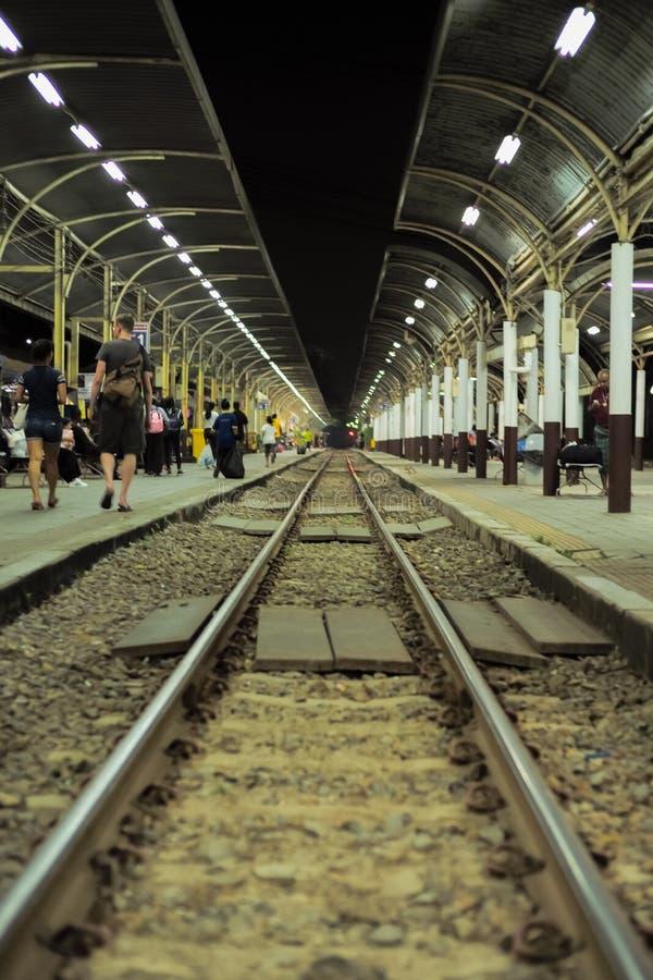Gente apretada que espera el tren en la plataforma del trai fotos de archivo