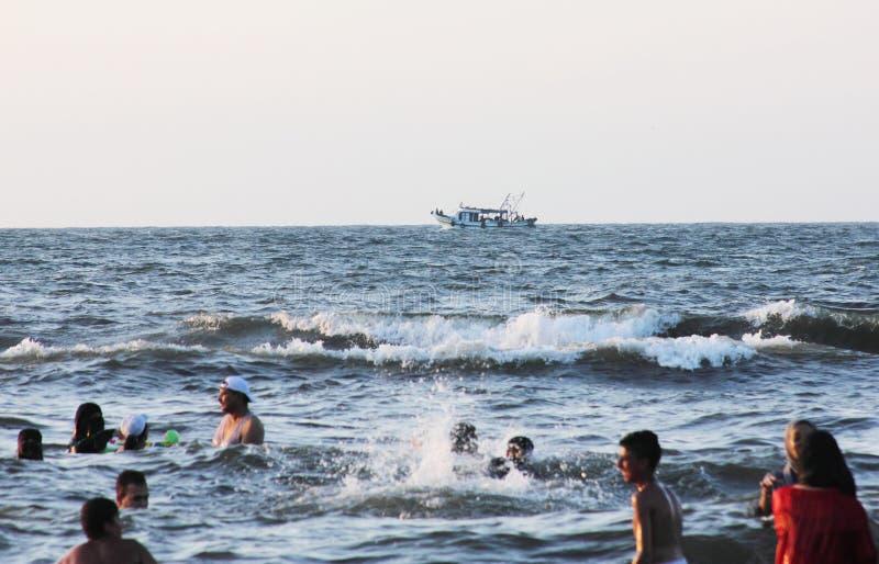 Gente araba in mare con il peschereccio immagini stock libere da diritti