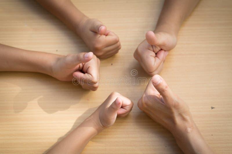 Gente asiática de los niños que pone sus manos juntas, trabajo en equipo con imagenes de archivo