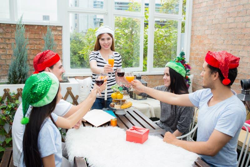 Gente asiática del grupo que bebe en el partido al aire libre grupo de cócteles de los amigos a disposición con los vidrios Cierr foto de archivo libre de regalías