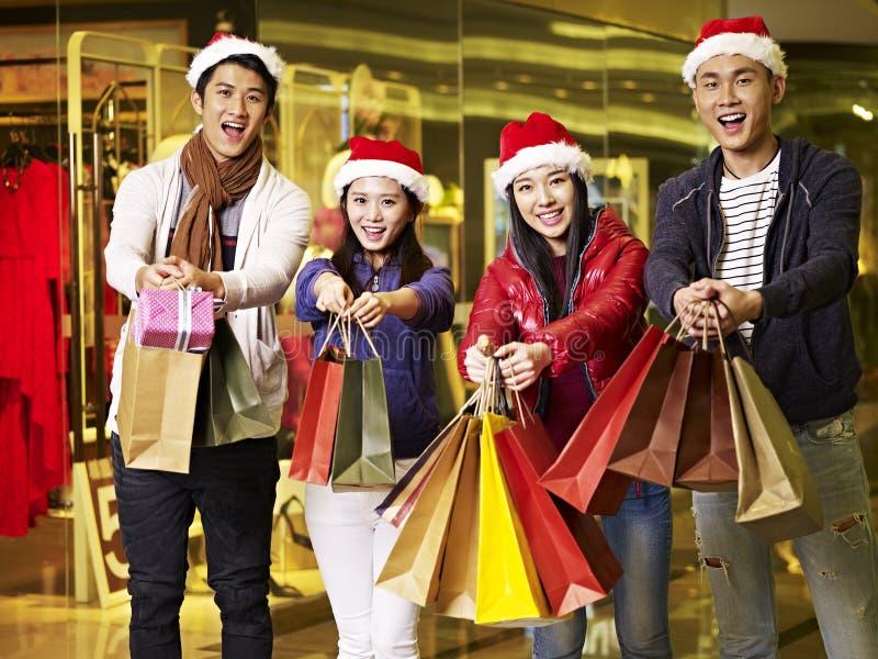 Gente asiática joven que hace compras para la Navidad fotos de archivo libres de regalías