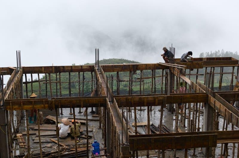 Gente asiática que trabaja en emplazamiento de la obra en el andamio de bambú imágenes de archivo libres de regalías
