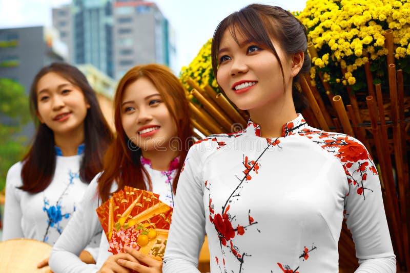 Gente asiatica Donne felici che indossano abbigliamento tradizionale nazionale immagini stock