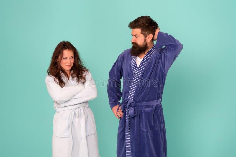 Gente assonnata sfondo blu Una coppia di vestaglie d'amore Disordini del sonno Sonnolenza e debole al mattino Routine mattutina fotografia stock