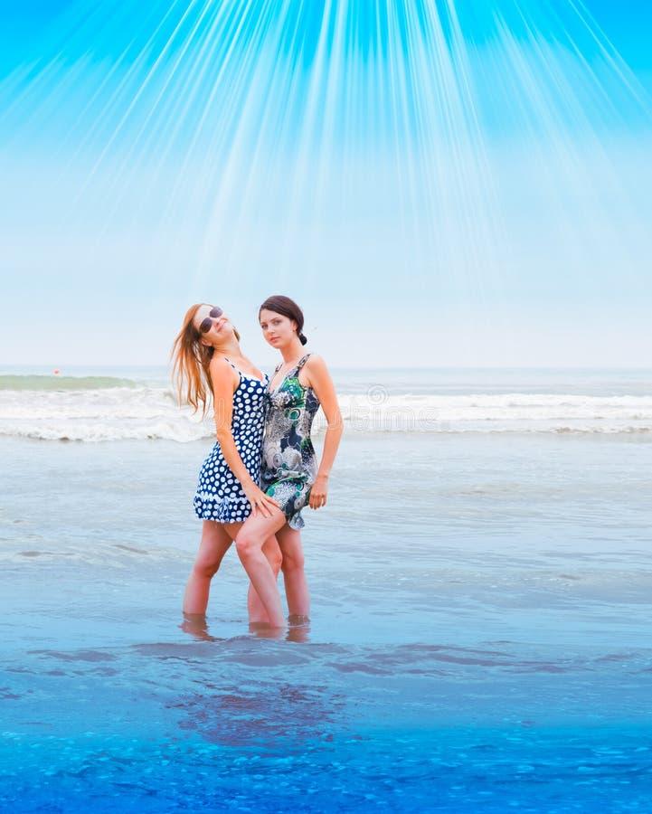 Gente bella che funziona all'oceano immagini stock libere da diritti