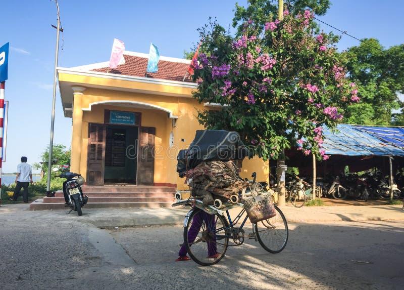 Gente biking en el camino rural en la leva Ranh, Vietnam foto de archivo