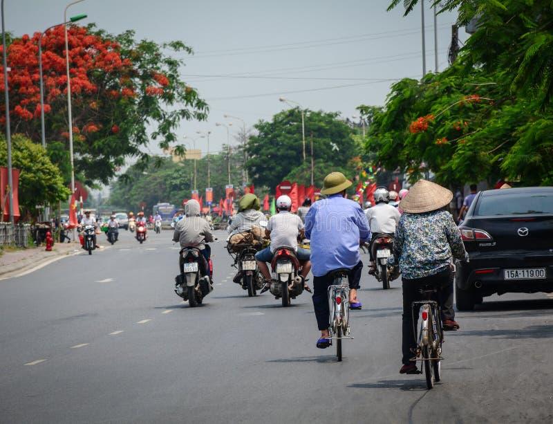Gente biking en la calle en Haifong, Vietnam fotografía de archivo libre de regalías