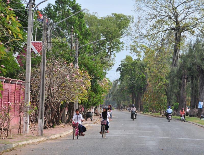 Gente biking en la calle en Kep, Camboya imagenes de archivo