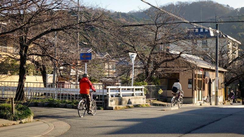 Gente biking en la calle en Nagoya, Japón fotografía de archivo libre de regalías