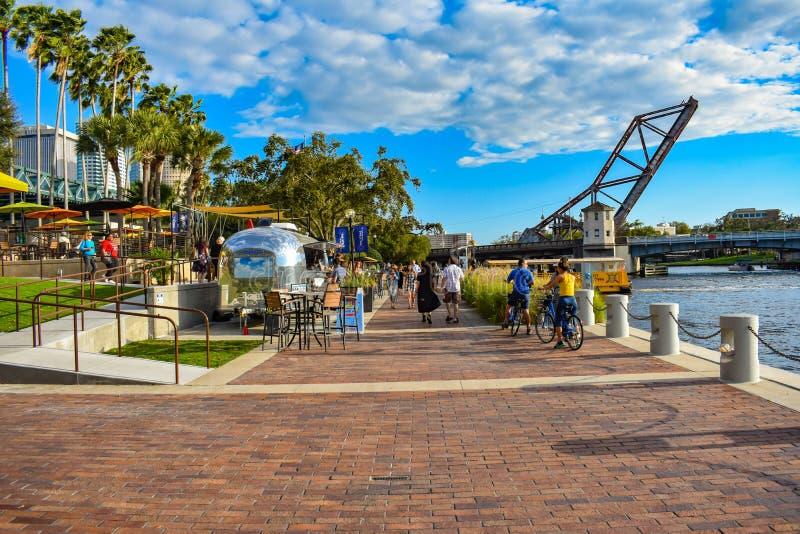 Gente biking y que camina en Riverwalk en el centro de la ciudad 1 foto de archivo