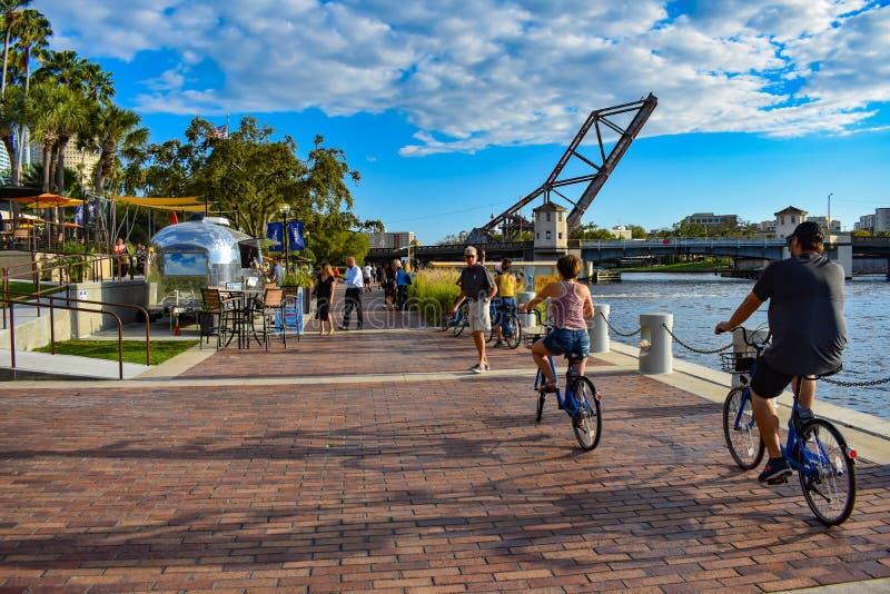 Gente biking y que camina en Riverwalk en el centro de la ciudad 2 fotos de archivo libres de regalías