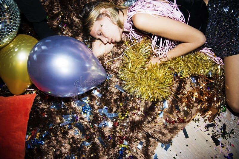 Gente borracha que duerme en un partido imagen de archivo libre de regalías