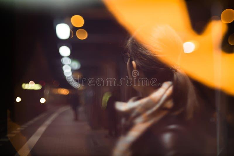 Gente borrosa del fondo en la estación del metro fotos de archivo