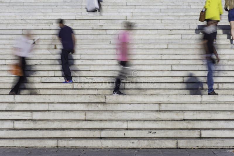 Gente borrosa que camina arriba y abajo de los pasos fotos de archivo