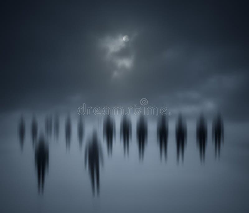 Gente borrosa que camina en la noche foto de archivo libre de regalías