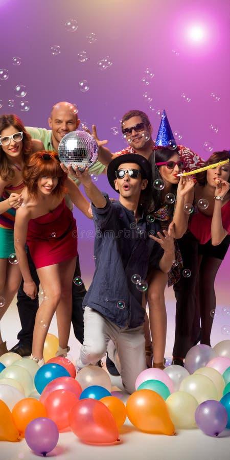 Gente caucásica joven que va de fiesta y que celebra fotografía de archivo libre de regalías