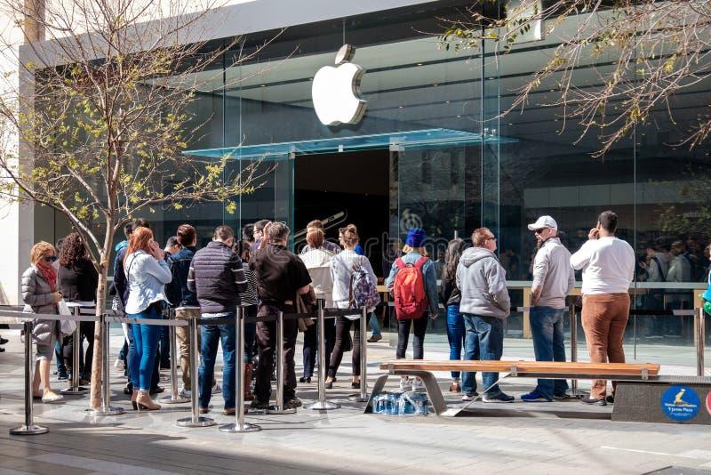 Gente cerca de Apple Store en Adelade imágenes de archivo libres de regalías