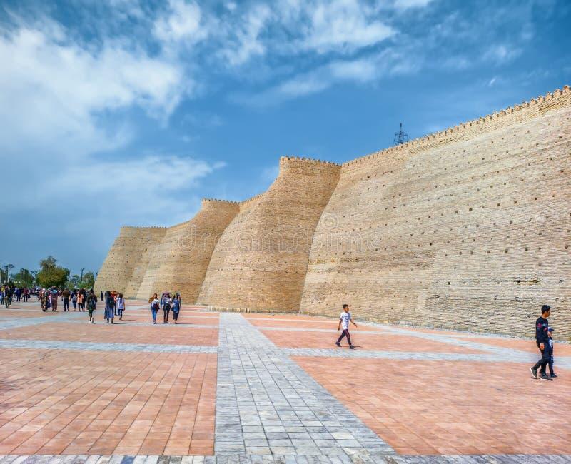 Gente cerca de la fortaleza de la arca, Bukhara, Uzbekistán, Asia Central imagen de archivo