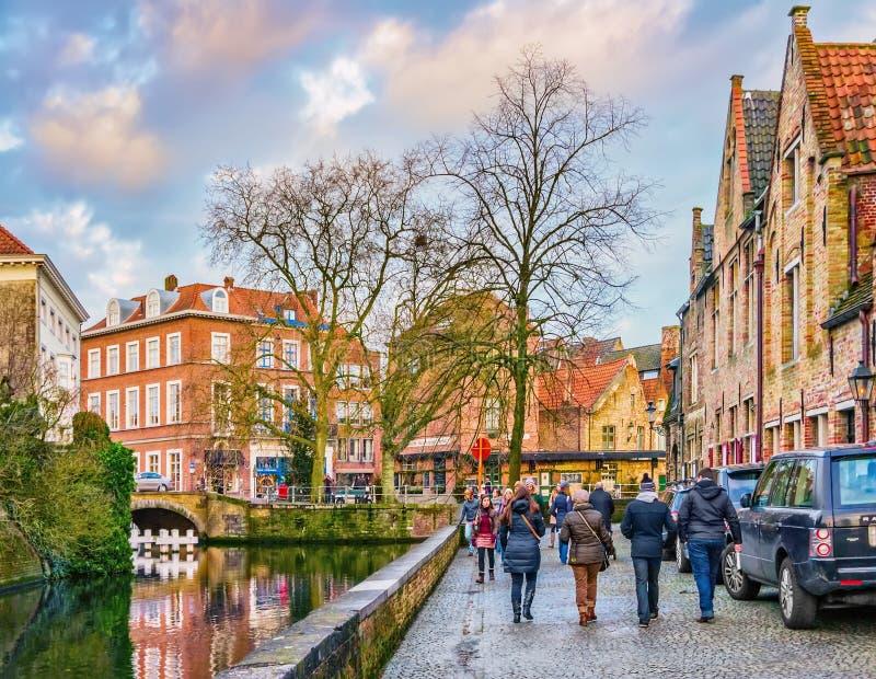 Gente cerca del canal de Groenerei, Brujas, Bélgica imagenes de archivo