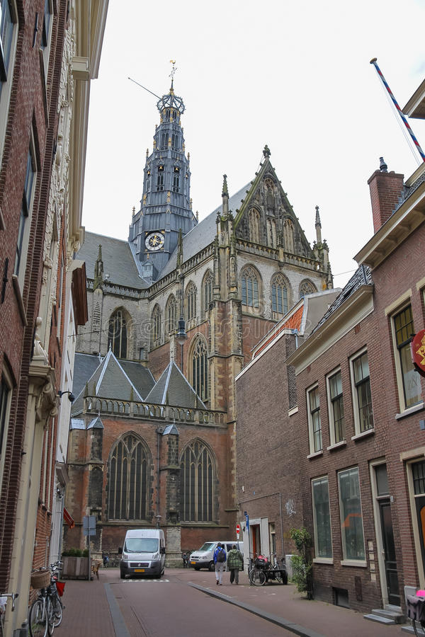 Gente cerca del Grote Kerk en el centro de ciudad histórico foto de archivo