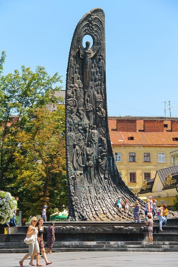 Gente cerca del monumento de Shevchenko en centro de ciudad histórico Lviv foto de archivo libre de regalías