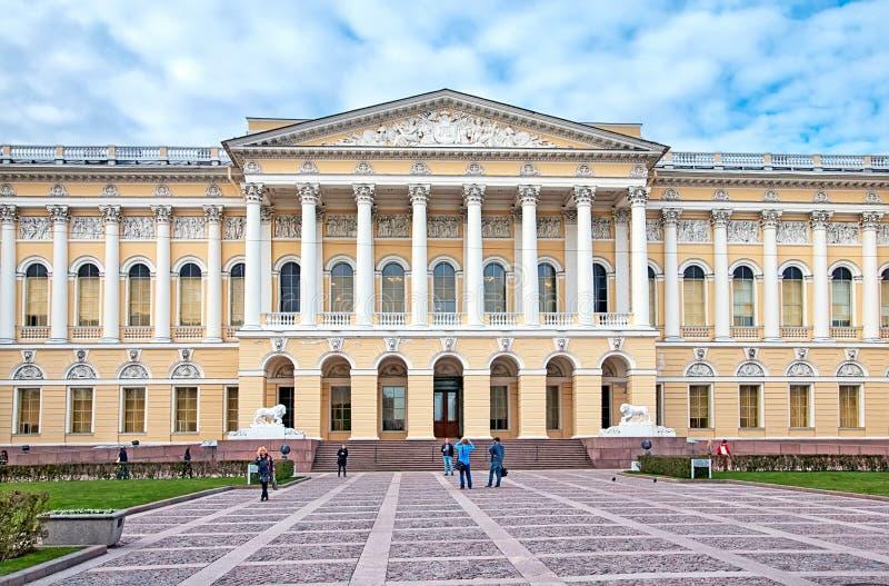 Gente cerca del museo ruso St Petersburg Rusia fotos de archivo