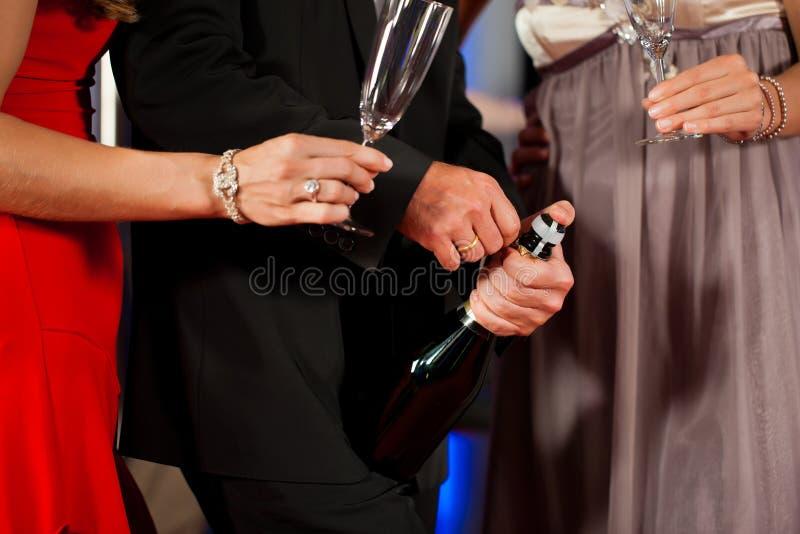 Gente con el champagner en una barra fotos de archivo