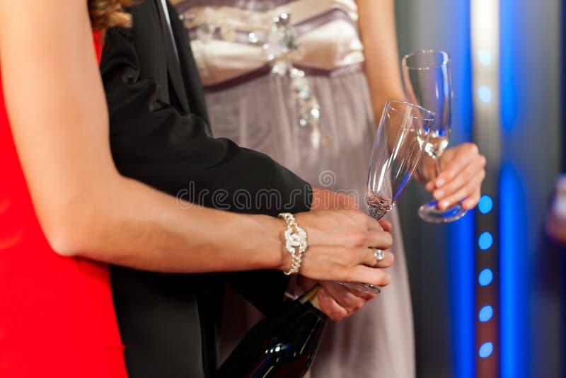 Gente con el champagner en una barra foto de archivo libre de regalías