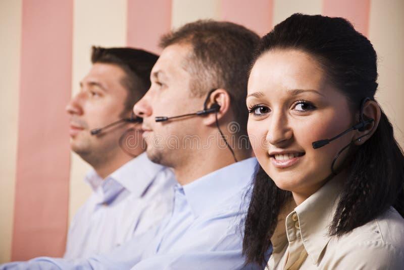 Gente con el receptor de cabeza en centro de llamada imagenes de archivo