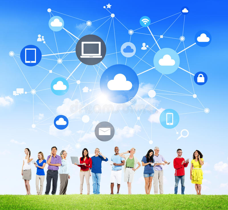 Gente con la computación social de los medios y de la nube imagenes de archivo