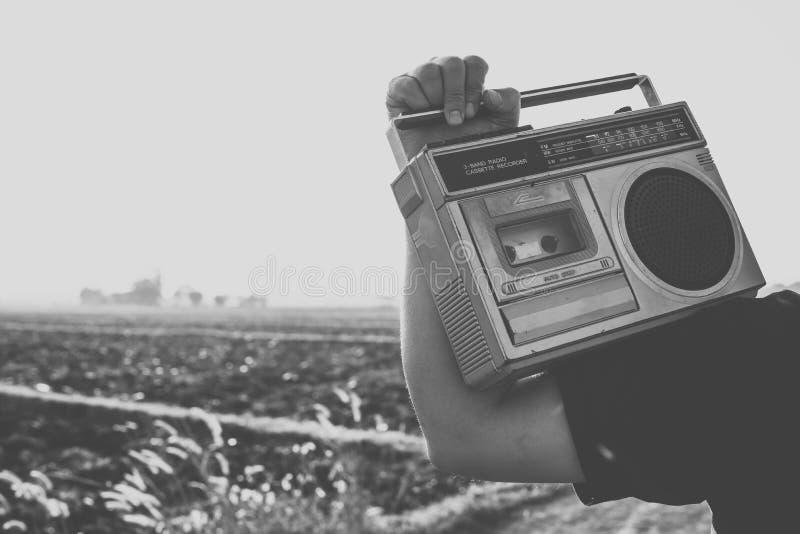 Gente con la radio del vintage o el recoder del casete imagenes de archivo