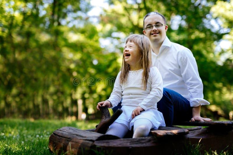 Gente con Síndrome de Down feliz al aire libre fotos de archivo