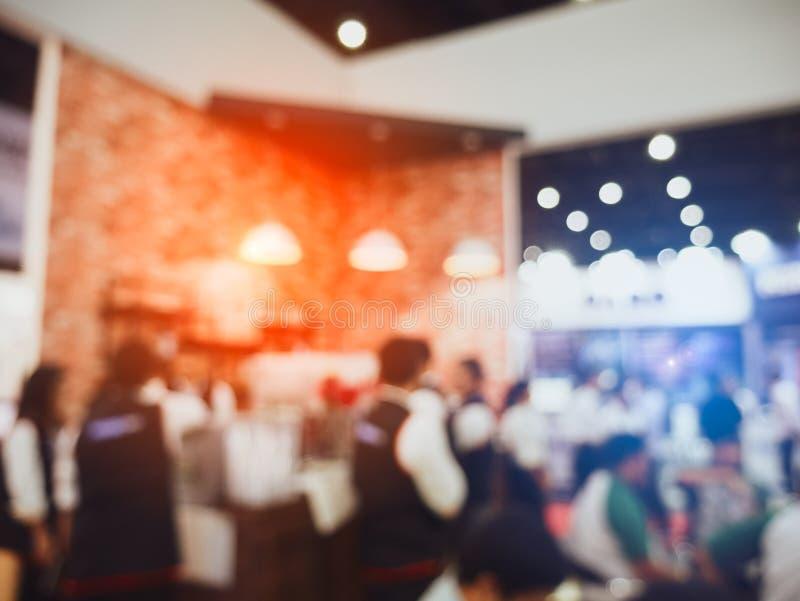 Gente confusa della caffetteria e della folla del fondo e cameriere servente in ristorante Concetto di lavoro part-time di occupa fotografie stock