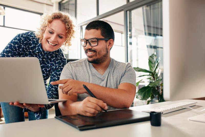 Gente creativa che coworking su un nuovo progetto in ufficio fotografia stock