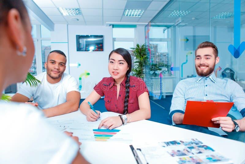 Gente creativa joven en la reunión de reflexión imagen de archivo
