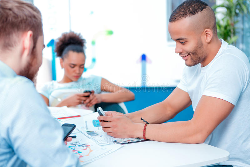 Gente creativa joven en la reunión de reflexión imagen de archivo libre de regalías
