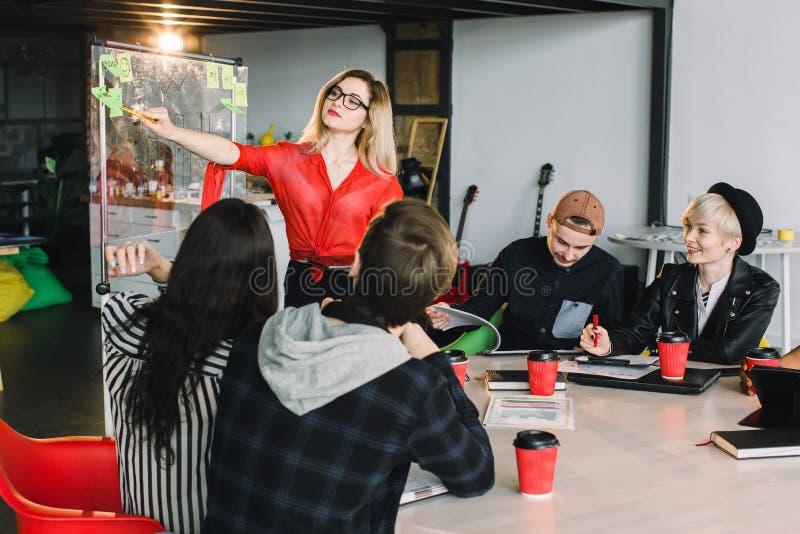 Gente creativa joven multirracial en oficina moderna El grupo de hombres de negocios jovenes est? trabajando as? como el ordenado imagen de archivo