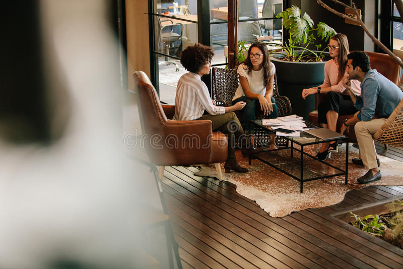 Gente creativa que hace una reunión de reflexión en una oficina moderna imágenes de archivo libres de regalías