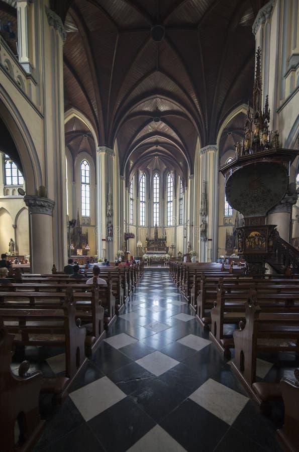 Gente cristiana que ruega en la catedral católica imagen de archivo