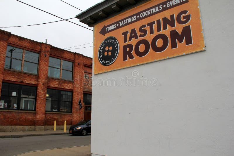 Gente d'invito esteriore del segno e di architettura dentro per annerire la distilleria del bottone, Rochester, New York, 2017 fotografia stock libera da diritti