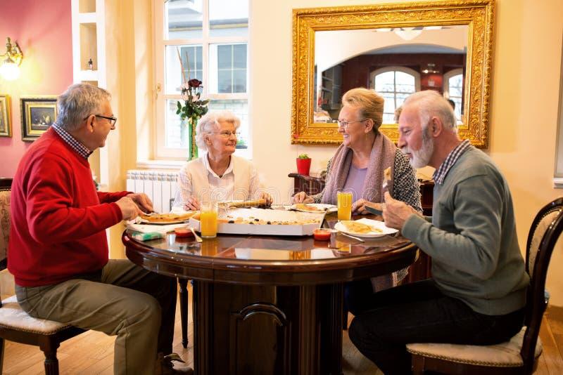 Gente de anciano que cena imagen de archivo