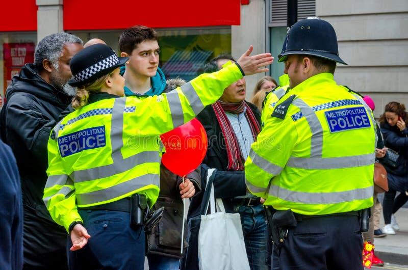 Gente de ayuda de señora Police en Londres, Reino Unido fotografía de archivo libre de regalías