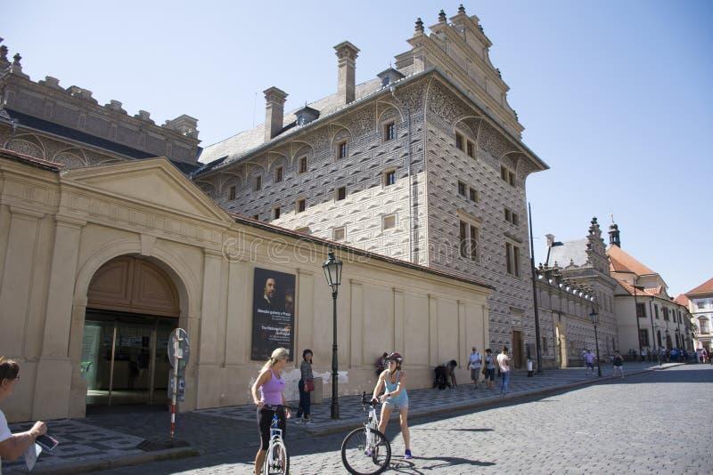 Gente de Czechia y viajeros del extranjero que caminan y biking en la galería nacional cerca del castillo de Praga fotos de archivo libres de regalías