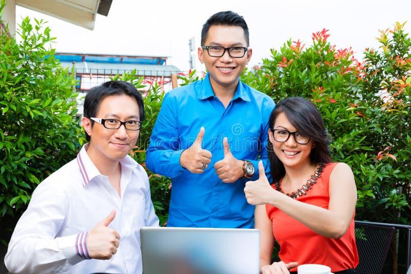 Gente de la agencia creativa o de publicidad asiática imágenes de archivo libres de regalías