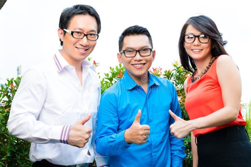 Gente de la agencia creativa o de publicidad asiática foto de archivo