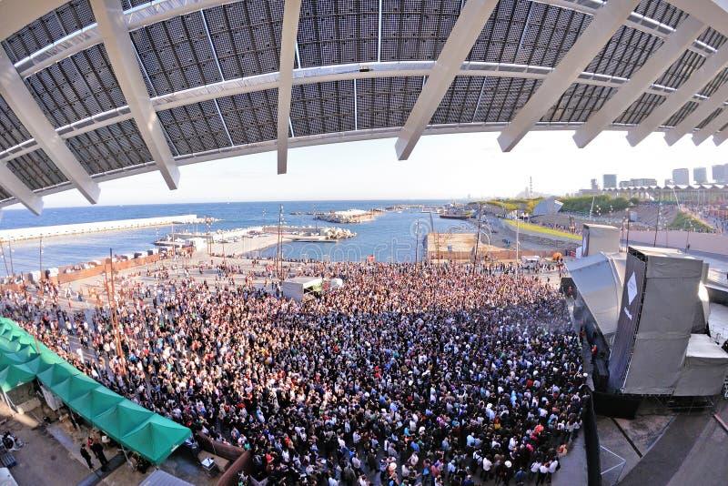 Gente de la audiencia que mira un concierto en el sonido 2013 de Heineken Primavera fotografía de archivo