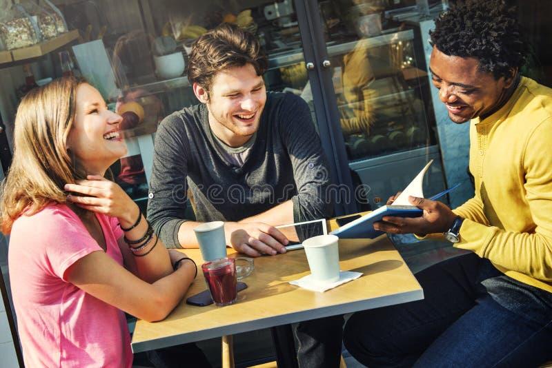 Gente de la cafetería que hace frente a concepto que habla de la comunicación foto de archivo libre de regalías