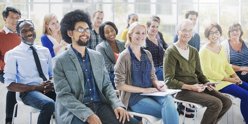 Gente de la diversidad que hace frente a concepto relajante de la comunicación del taller imagenes de archivo