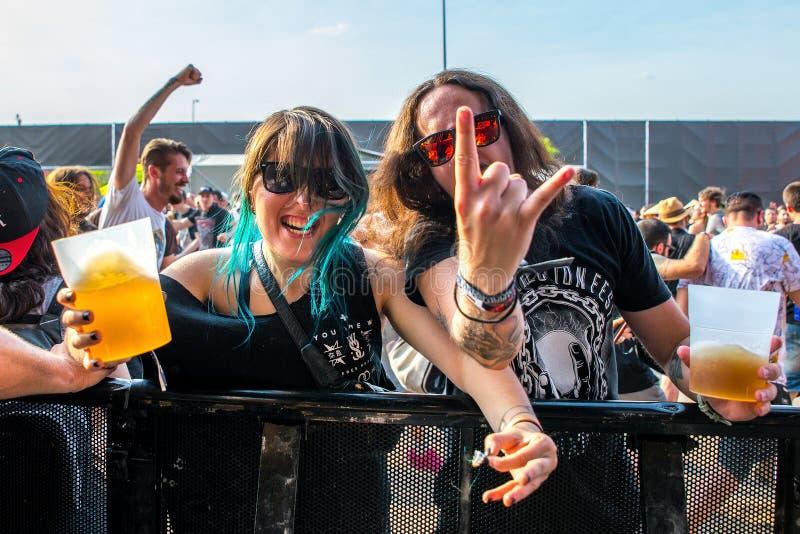 Gente de la muchedumbre con la cerveza en sus manos en un concierto en el festival de música de metales pesados de la transferenc imagen de archivo libre de regalías