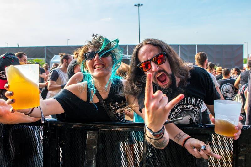 Gente de la muchedumbre con la cerveza en sus manos en un concierto en el festival de música de metales pesados de la transferenc fotos de archivo